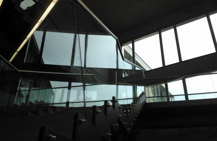 Balustradele din sticla pun in valoare spatiul in care sunt amplasate si arata foarte bine. Ce avantaje au?