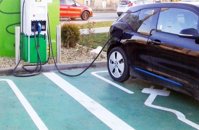 De ce tot mai multe persoane isi cumpara masini electrice si cum le poti incarca usor acasa